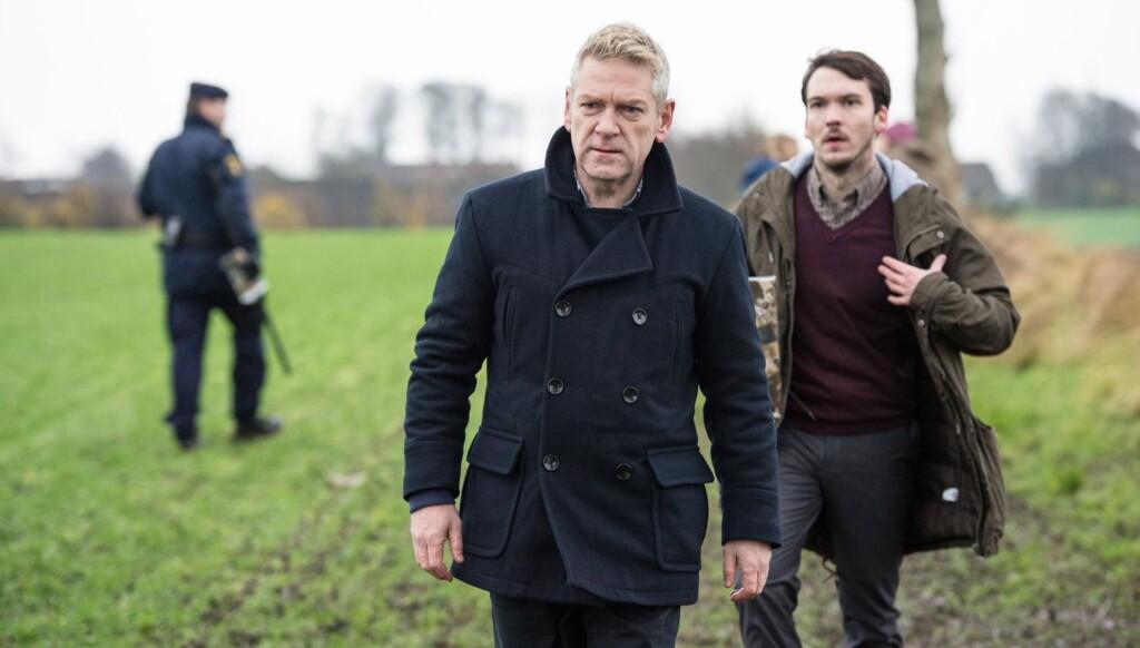Wallander (Kenneth Branagh) hilft seinem jungen Kollegen Tobias Eliasson (Joe Claflin).