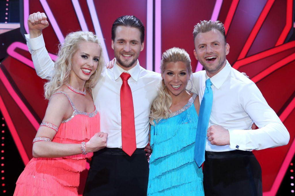Die Finalisten: Alexander Klaws (2.v.l.) und Isabel Edvardsson sowie Tanja Szewczenko (2.v.l.) und Willi Gabalier