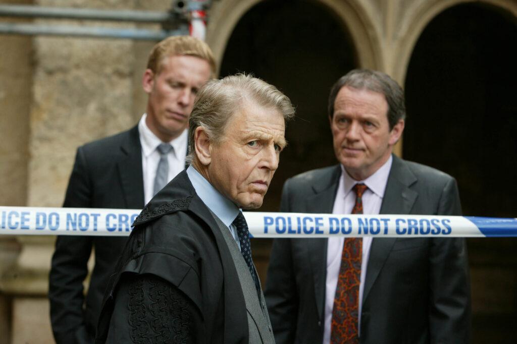 Inspector Lewis (Kevin Whately), DS James Hathaway (Laurence Fox) und Dekan Yardley (Edward Fox) stehen auf dem Gelände der Oxford-Universität.