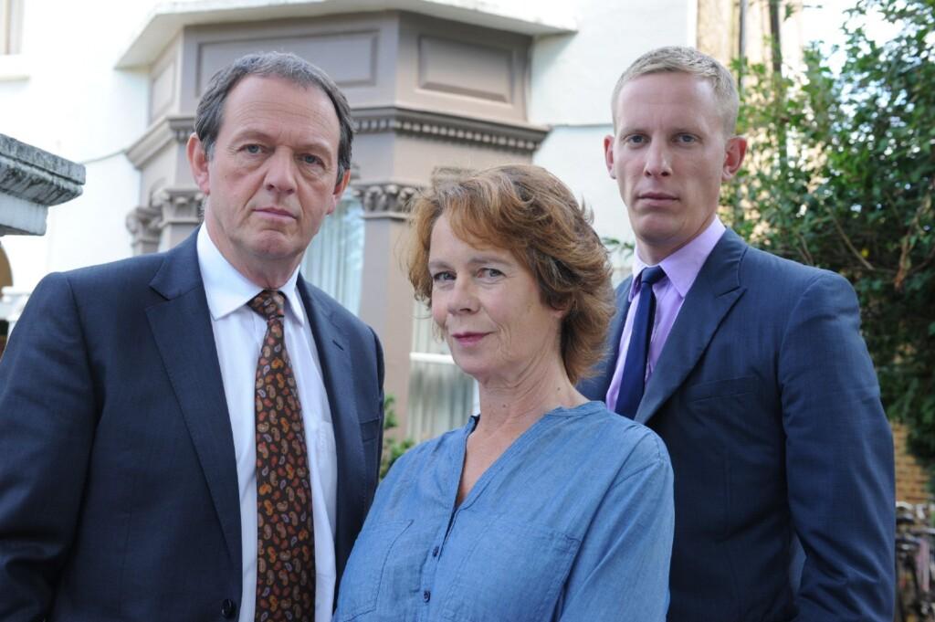 DI Robert Lewis (Kevin Whately, l) und DS James Hathaway (Laurence Fox) werden bei ihren Ermittlungen tatkräftig von Michelle Marber (Celia Imrie) unterstützt.