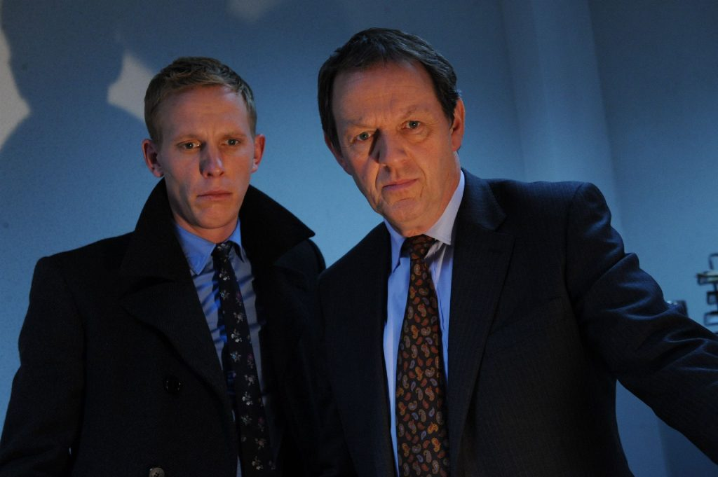 Inspektor Lewis und sein Kollege Hathaway können zunächst nicht ausschließen, dass Jessica das Opfer einer Verwechslung geworden ist, denn eigentlich war ihre Freundin Yasmin für das Babysitting vorgesehen.