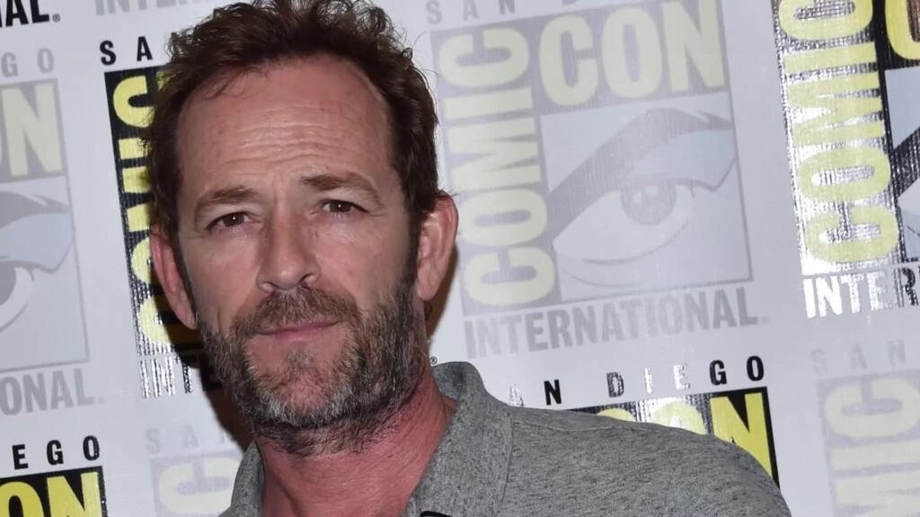 """Coy Luther """"Luke"""" Perry III war ein US-amerikanischer Schauspieler und Synchronsprecher. Bekannt wurde Perry vor allem durch seine Rolle als Dylan McKay in der Fernsehserie Beverly Hills, 90210."""