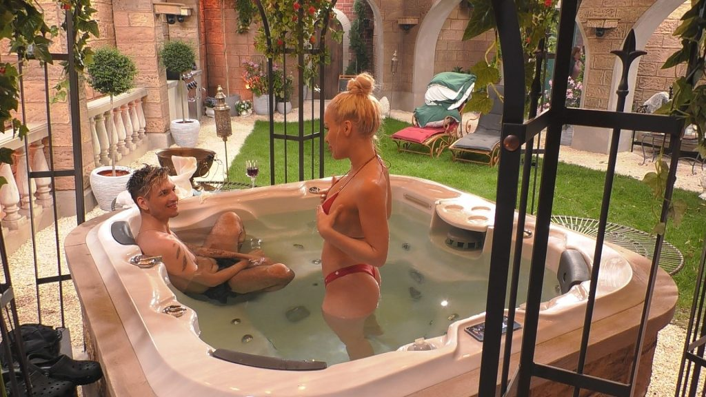 Promi Big Brother 2020 Tag 5 - Emmy und Katy im Whirlpool