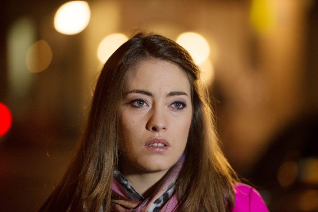 Kimberley (Maja Lehrer) verlässt in ihrer bitteren Enttäuschung ohne Abschied die Schillerallee.