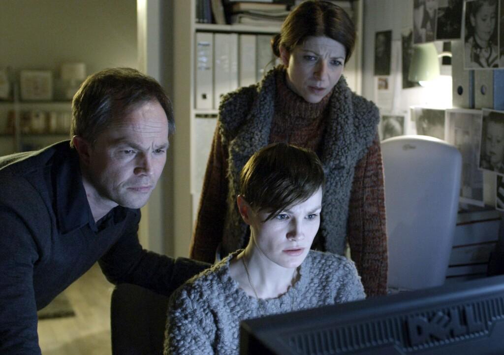 Peter Verås (Jon Øigarden) kommt gemeinsam mit seiner Freundin Vibeke (Lena Kristin Ellingsen, Mitte) und seiner Schwägerin Eva (Ingjerd Egeberg) einer Verschwörung auf die Spur.