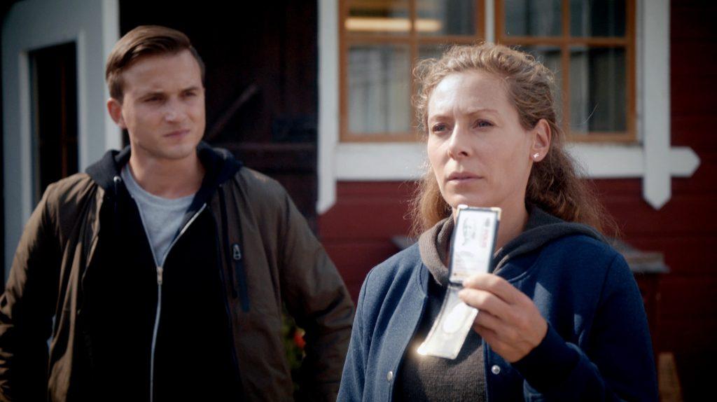Maria Wern (Eva Röse) ermittelt in einem Doppelmord an den Betreibern einer Biofarm. Ihr Kollege Niklas (Filip Benko, li.) begleitet sie.