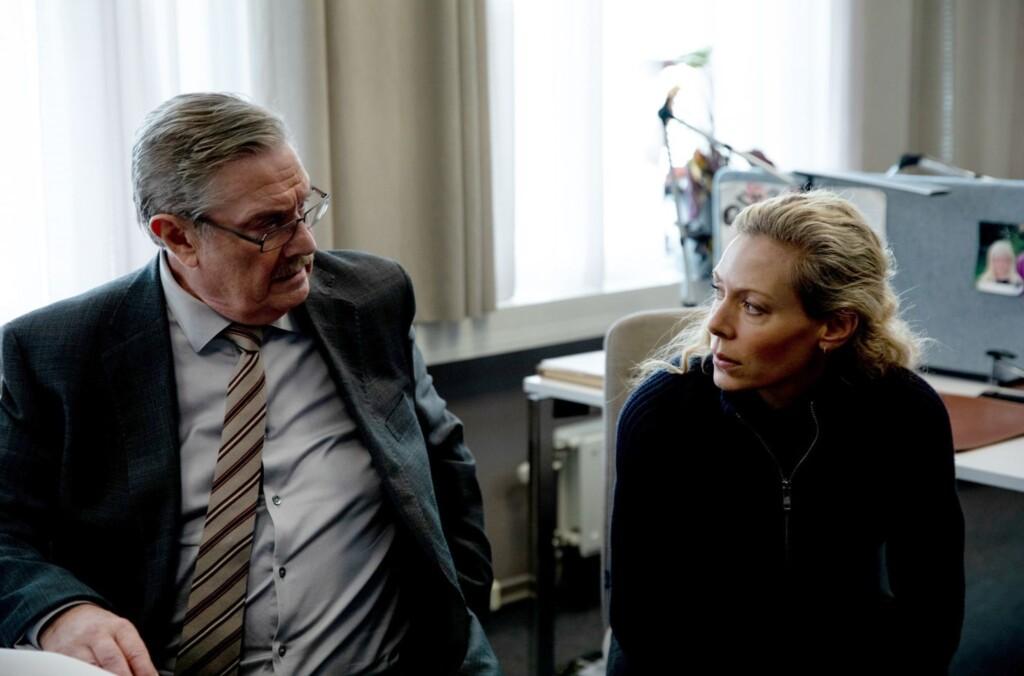 Polizeichef Hartmann (Allan Svensson) vertraut auf seine Top-Ermittlerin Maria Wern (Eva Röse).