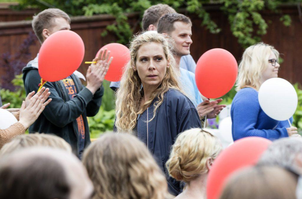 """Maria Wern (Eva Röse) ermittelt in einem Mordanschlag auf eine Spitzenkandidatin auf der jährlichen """"Almedanen-Woche"""" in Visby."""