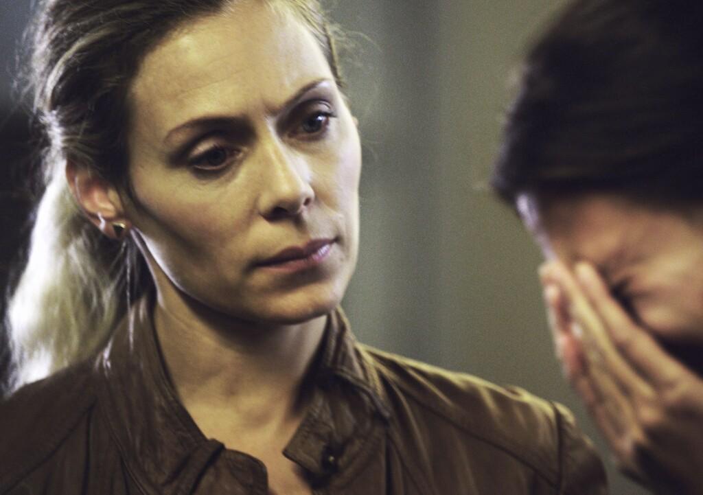 Maria (Eva Röse) vernimmt eine Zeugin.