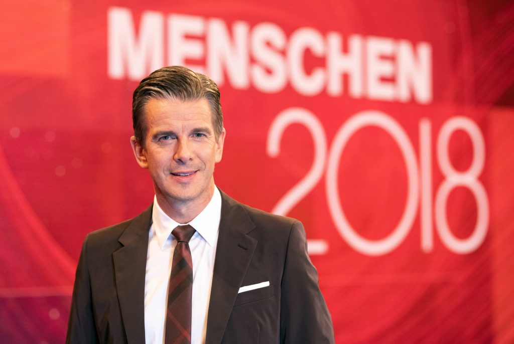 """Moderator Markus Lanz vor dem Sendungslogo """"Menschen 2018""""."""