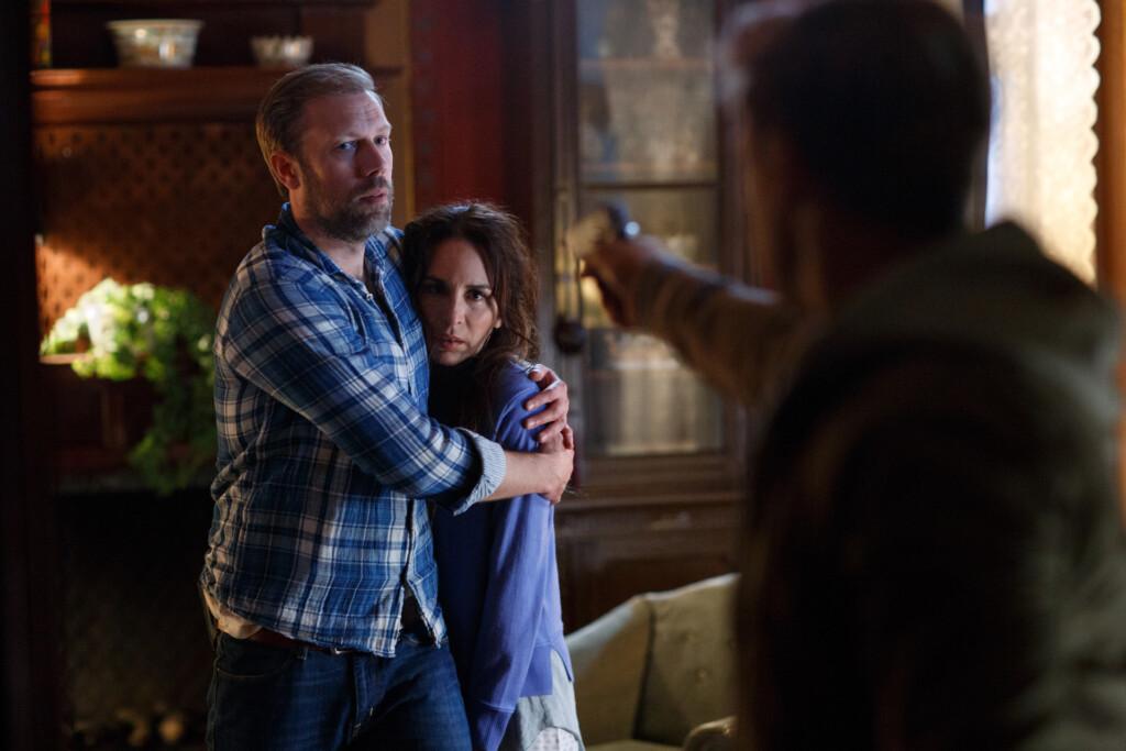 Nora (Alexandra Rapaport) und Thomas (Jacob Cedergren, l.) werden von André (Linus Wahlgren, r.) massiv bedroht, weil sie den Aufenthaltsort seiner Familie nicht preisgeben wollen.
