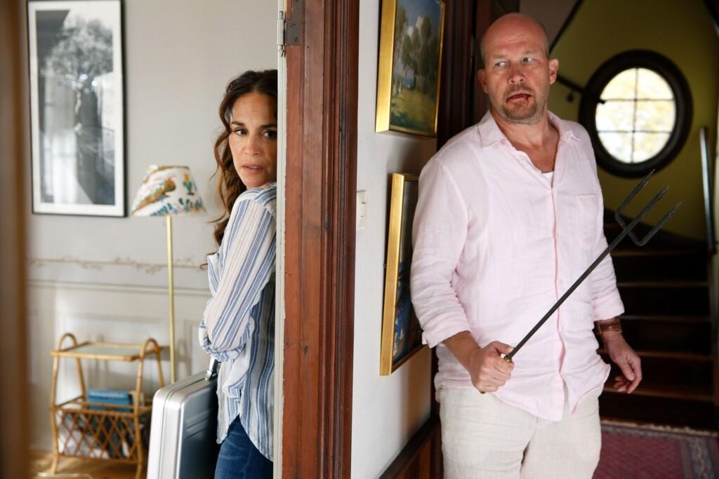 Nora (Alexandra Rapaport) ist völlig überrascht, dass Marika Sjöstrands Mann Stefan (Magnus Mark) ihr offensichtlich nach dem Leben trachtet. Ist er in den Alkoholschmuggel seiner Frau verwickelt?
