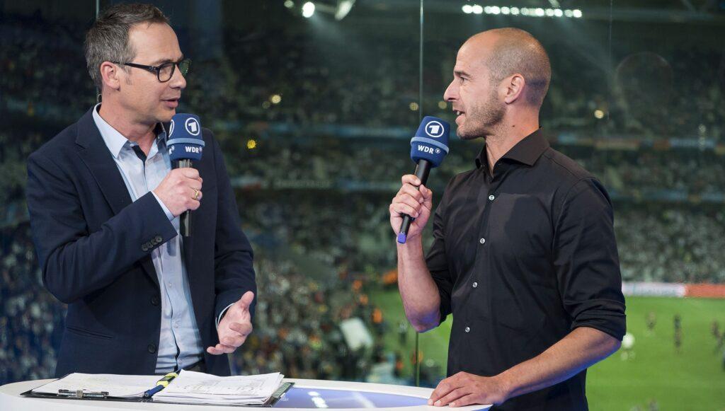Moderator Matthias Opdenhövel (li.) im Gespräch mit Fußballexperte Mehmet Scholl