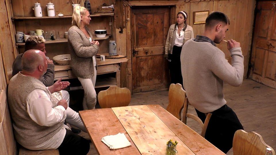 Die Alm 2021 Folge 2 - Christian Lohse, Hollywood Matze, Magdalena Brzeska, Katharina Eisenblut und Aaron Hundhausen.