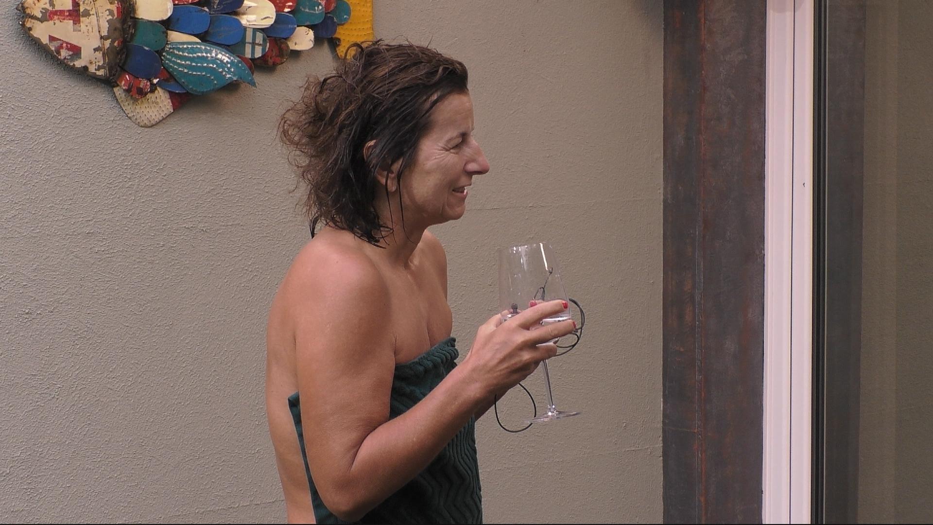 Promi Big Brother Tag 6 Claudia Trinkt Die Ganze Zeit Alkohol