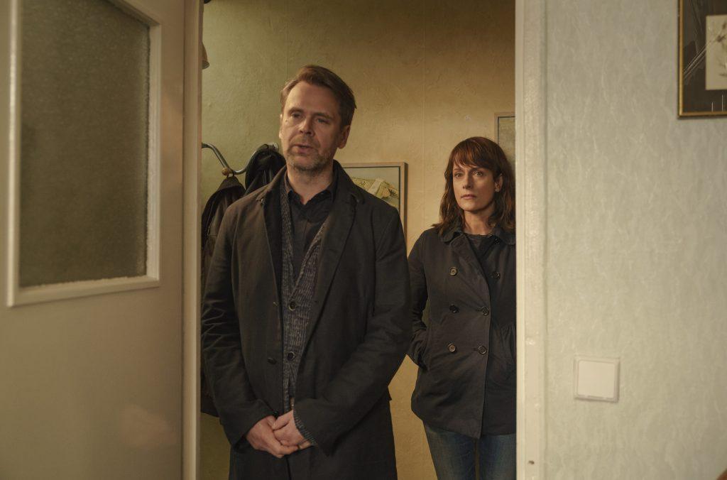 Klaus erzählt den Ermittlern Brasch (Claudia Michelsen) und Köhler (Matthias Matschke) von der Drogensucht der Mutter.