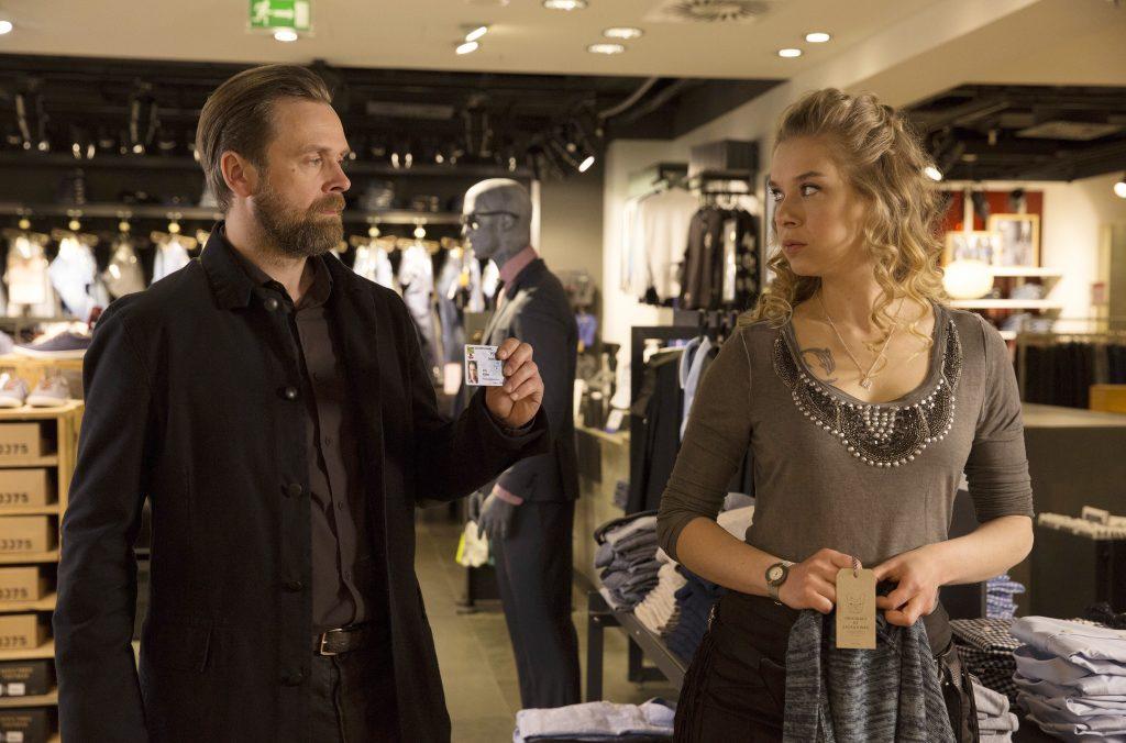 Köhler (Matthias Matschke), vernimmt Michelle (Anna Herrmann), die verdächtigt Basti.
