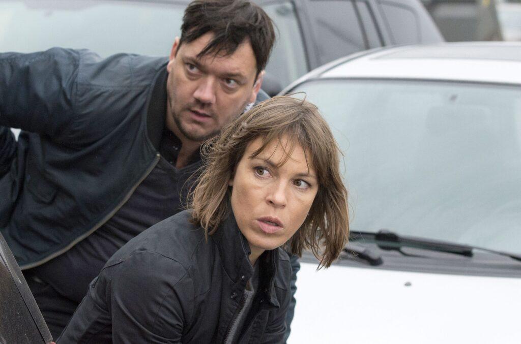 Bukow (Charly Hübner) und König (Anneke Kim Sarnau) verfolgen Lewandowski.