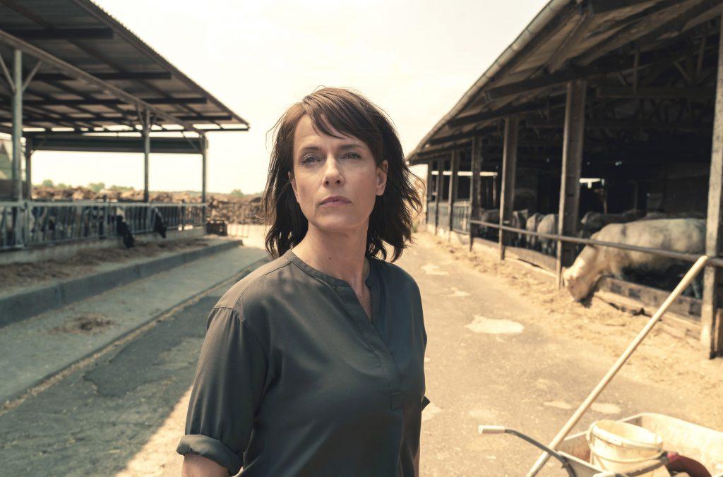 Annette sitzt apathisch auf einer Schaukel, sie lässt die Hilfe von Paul nicht zu. Brasch (Claudia Michelsen) beobachtet die Situation.