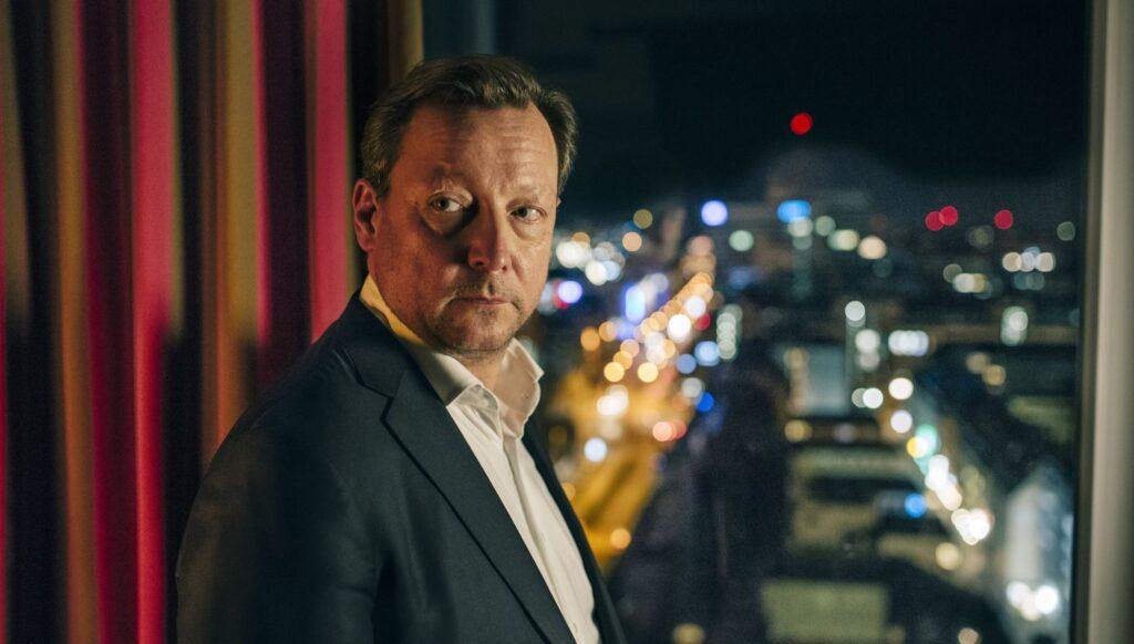 Im Hotelzimmer: Hanns von Meuffels (Matthias Brandt) fühlt sich zunehmend beobachtet.