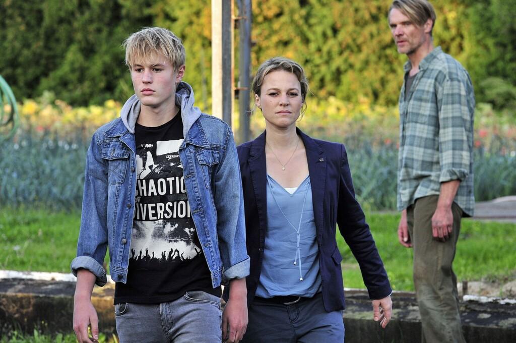 Kriminalhauptkommissarin Olga Lenksi (Maria Simon) hat herausgefunden, das Tobias Lubkoll (Ludwig Simon, li.) einer der Schüler ist, bei denen der erfolgreiche MSA-Abschluss gefährdet ist.