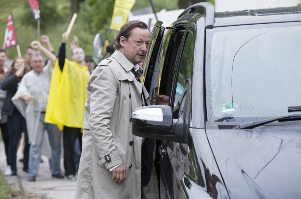 Kriminalhauptkommissar Hanns von Meuffels (Matthias Brandt) bei seiner Ankunft in Cadenbach.