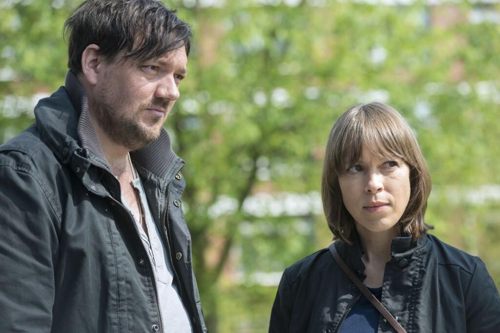 Bukow (Charly Hübner) und König (Anneke Kim Sarnau) besuchen die Frau des verwirrten Max Schwarz.
