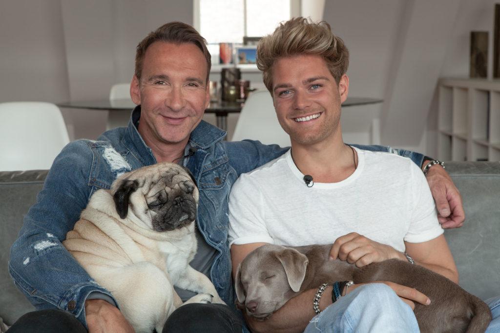 Jochen Bendel mit seinem Lebensgefaehrten Matthias und den Hunden Gizmo und Khaleesi