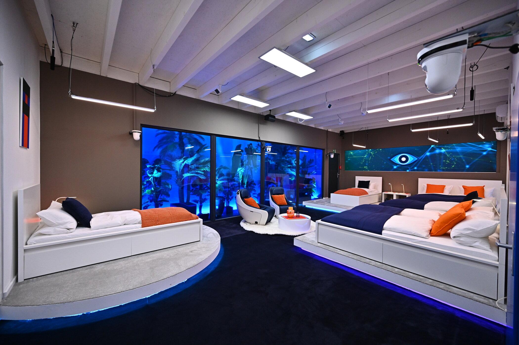 Futuristisches Glashaus oder digitaler Detox im Blockhaus? Wo wohnt es sich besser und welche Wirkung hat das entsprechende Umfeld auf einen Menschen?