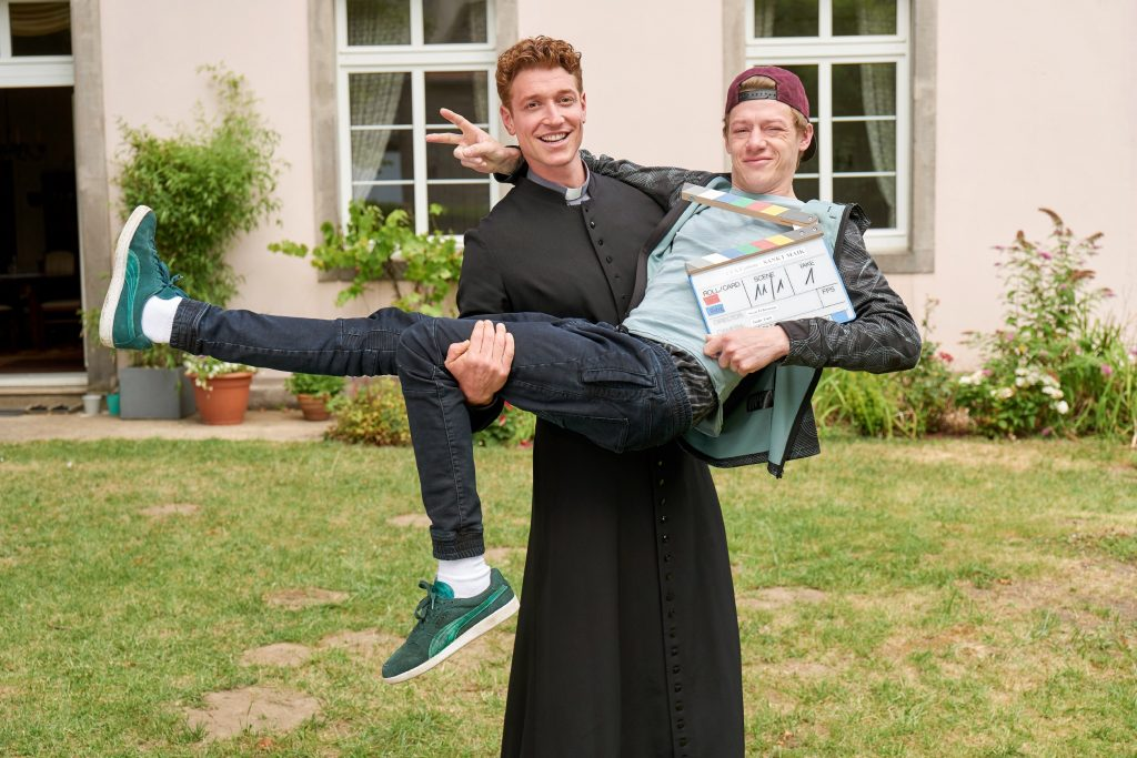 """Drehstart für die zweite Staffel der RTL-Serie """"Sankt Maik"""". Mit dabei sind wieder Vincent Krüger (l.) als Kevin und Daniel Donskoy (r.) in der Rolle des Pfarrer Maik."""