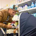 Sarah und Pietro – Pietro beim Einkaufen