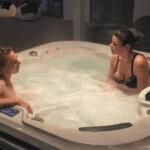 Big Brother 2020 - Tim und Cathleen entspannen im Whirlpool