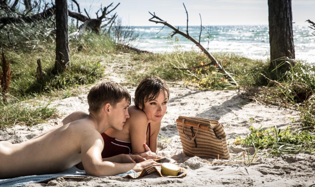 Christian (Jonas Nay) und Stella (Julia Koschitz) genießen die Zeit zu zweit. Sie dürfen dabei nur nicht entdeckt werden.