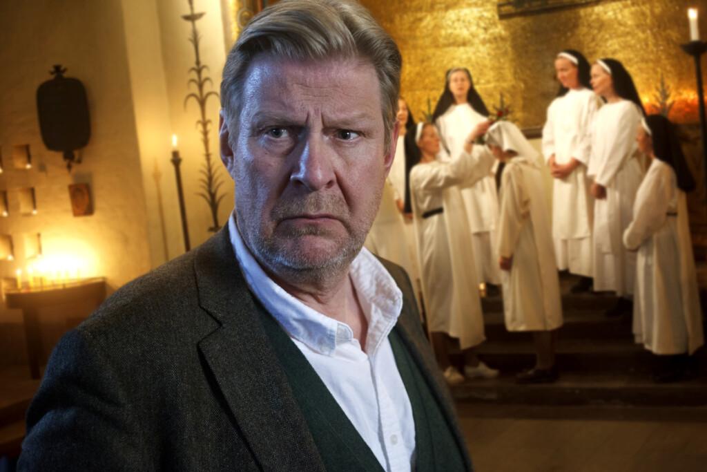 Sebastian Bergman (Rolf Lassgård) während eines Gottesdienstes im Kloster, bei dem Cordelia (Hedda Stiernstedt) zur Novizin wird.