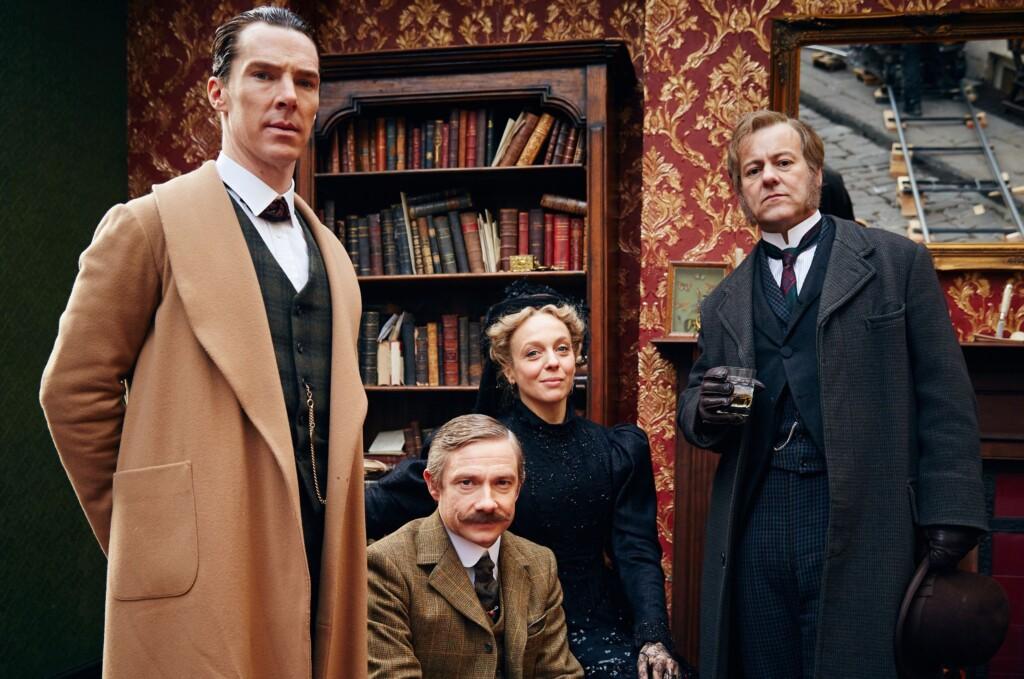 Sherlock Holmes (Benedict Cumberbatch), Dr. John Watson (Martin Freeman), Mary Watson (Amanda Abbington) und Detective Inspector Lestrade (Rupert Graves).