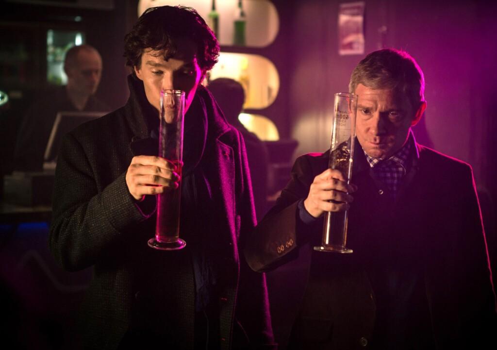 Ausnahmsweise trinkt Sherlock (Benedict Cumberbatch, li.) mit seinem Freund John Watson (Martin Freeman) Alkohol – streng dosiert.