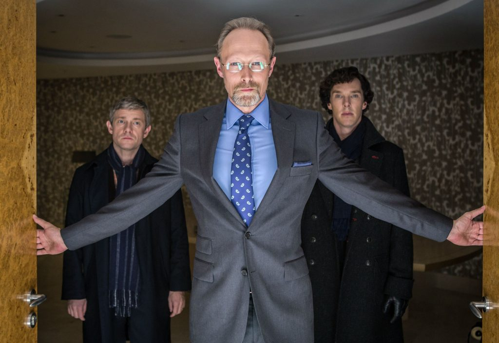 Charles Magnussen (Lars Mikkelsen, Mitte) führt Sherlock Holmes (Benedict Cumberbatch, re.) und John Watson (Martin Freeman) in seinen Erinnerungspalast.