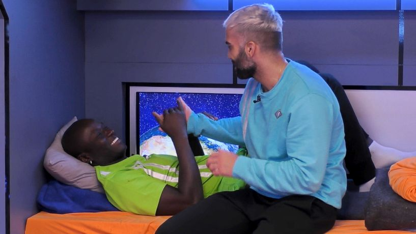 Promi Big Brother 2021 - Uwe, Babs und Danny (v.li.) finden Pacos neuen Look lustig.