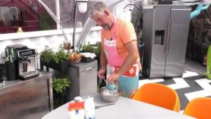 Promi Big Brother 2021 Show 10 - Bauer Uwe stellt seine Backkünste unter Beweis