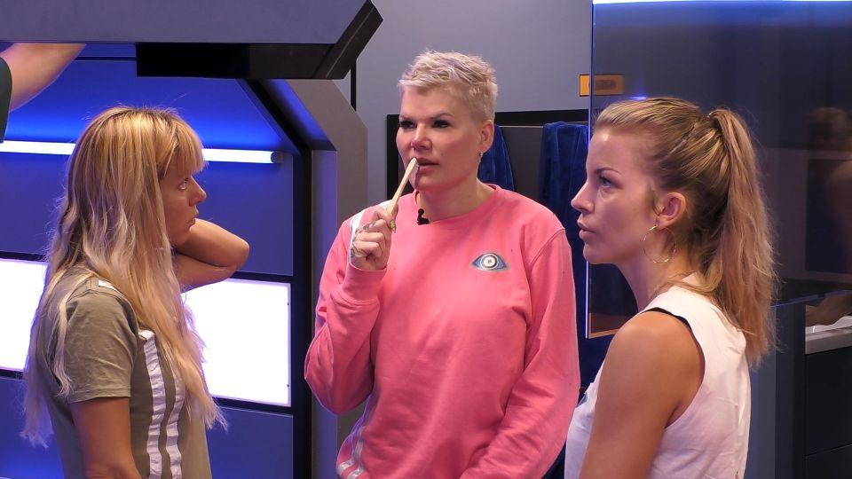 Promi Big Brother 2021 - Babs, Melanie und Ina diskutieren die Nominierungen des Vorabends.