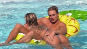 Love Island 2020 Tag 15 - Henrik mit Sandra im Pool