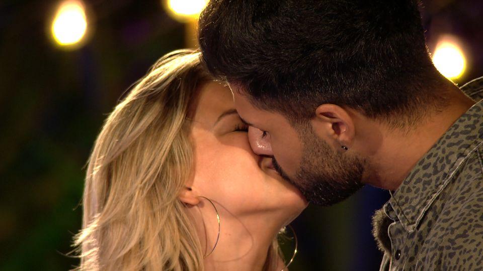 Love Island 2020 Tag 21 - Murat und Melanie küssen sich