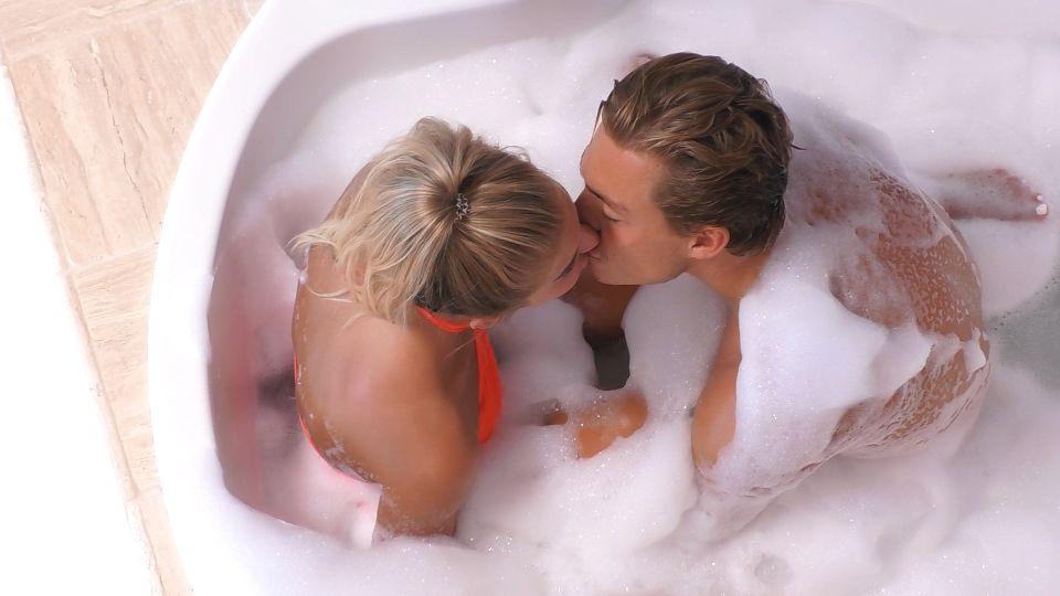 Love Island 2020 Tag 22 - Sandra und Henrik genießen ein heißes Bad