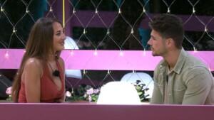 Love Island 2021 Tag 2 - Livia checkt vor ihrer Wahl Adriano ab