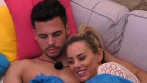 Love Island 2021 Tag 2 - Dennis und Nicole kuscheln