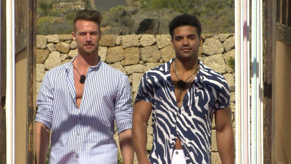 Florian (li.) und Amadu betreten die Love Island-Villa.