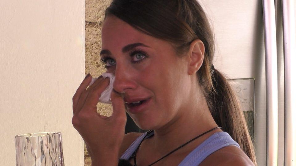Livia ist tief getroffen, als sie erfährt, dass Amadu auch auf Bianca steht.