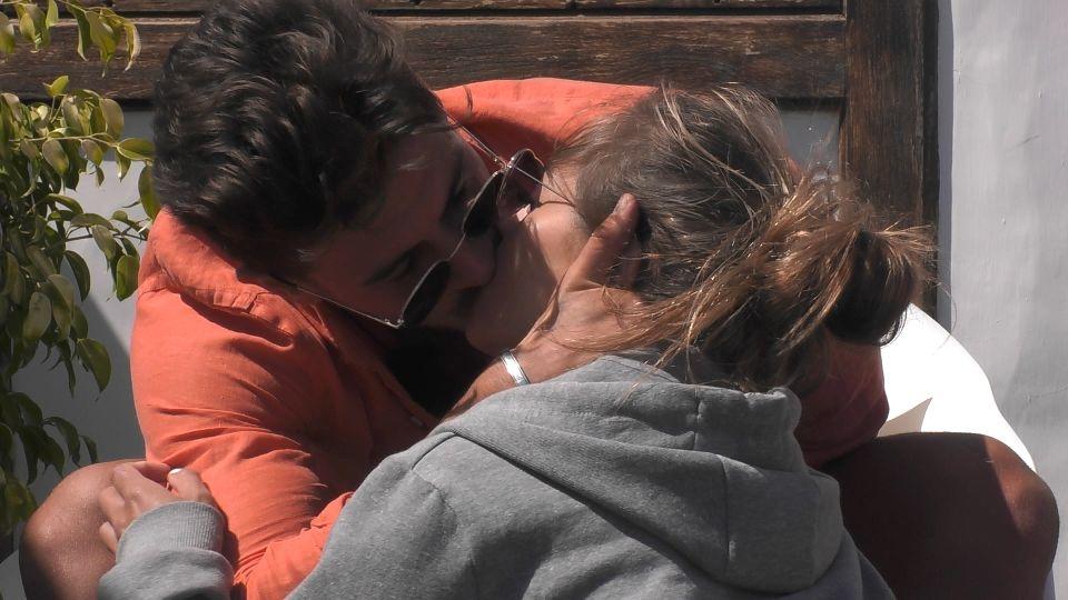 Völlig überraschend und spontan küsst Adriano sein Couple Bianca.