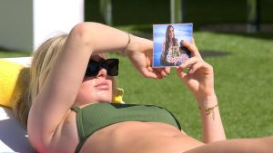 Love Island 2021 Tag 8 - Emilia liest besorgt die Postkarte von Jana Ina Zarrella