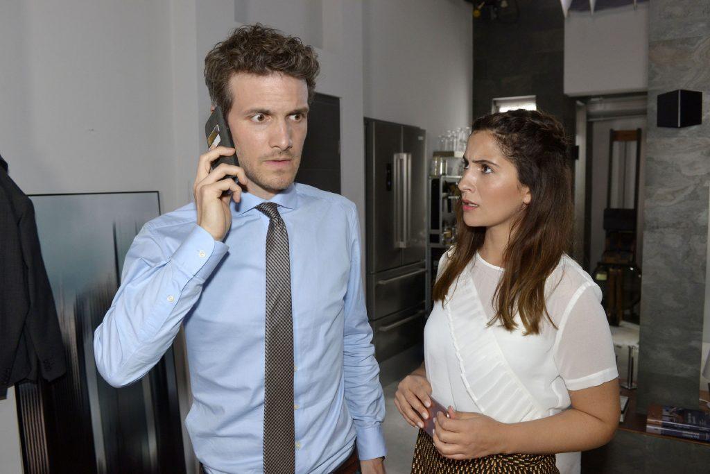 Laura (Chryssanthi Kavazi) bekommt mit, dass Felix (Thaddäus Meilinger) offenbar geschäftliche Probleme hat.